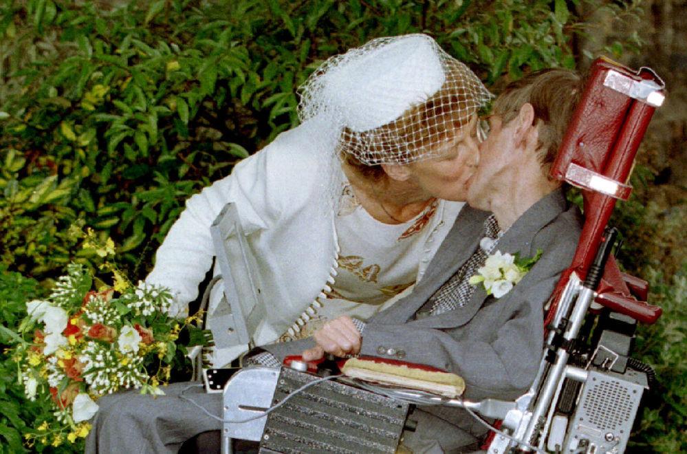 Stephen Hawking e sua noiva, Elaine Mason, logo após o casamento, em 1995