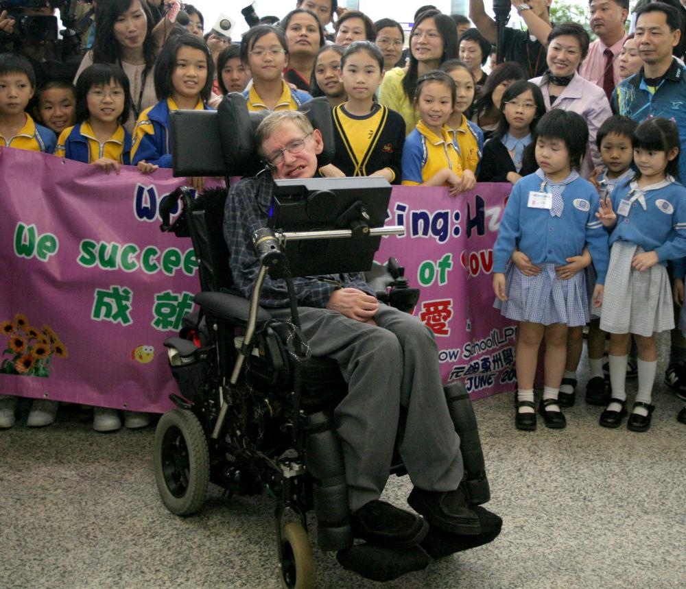 Cientista Stephen Hawking chega ao aeroporto de Hong Kong, em 2006