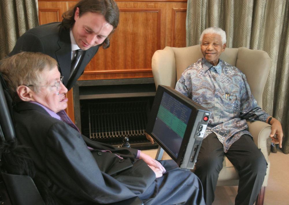 Ex-presidente da África do Sul, Nelson Mandela (à direita), se reúne com Stephen Hawking na cidade de Johannesburg