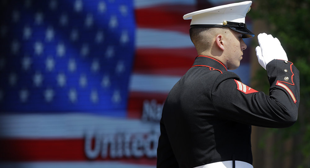 Um oficial do Corpo do Marinha dos EUA durante a cerimônia de hasteamento da bandeira na abertura oficial do Dia Nacional dos EUA na Itália, em 2015.