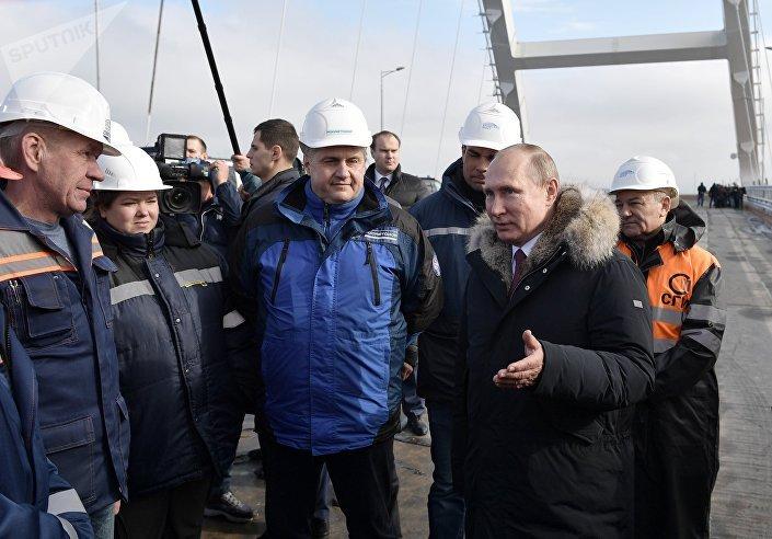 Vladimir Putin visitando a parte rodoviária da ponte da Crimeia