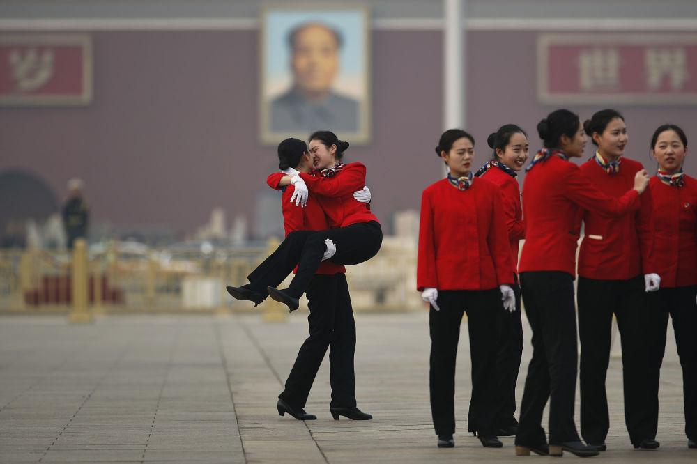 Moças da equipe de hospitalidade durante o Congresso Nacional do Povo, na Praça Tiananmen em Pequim, China