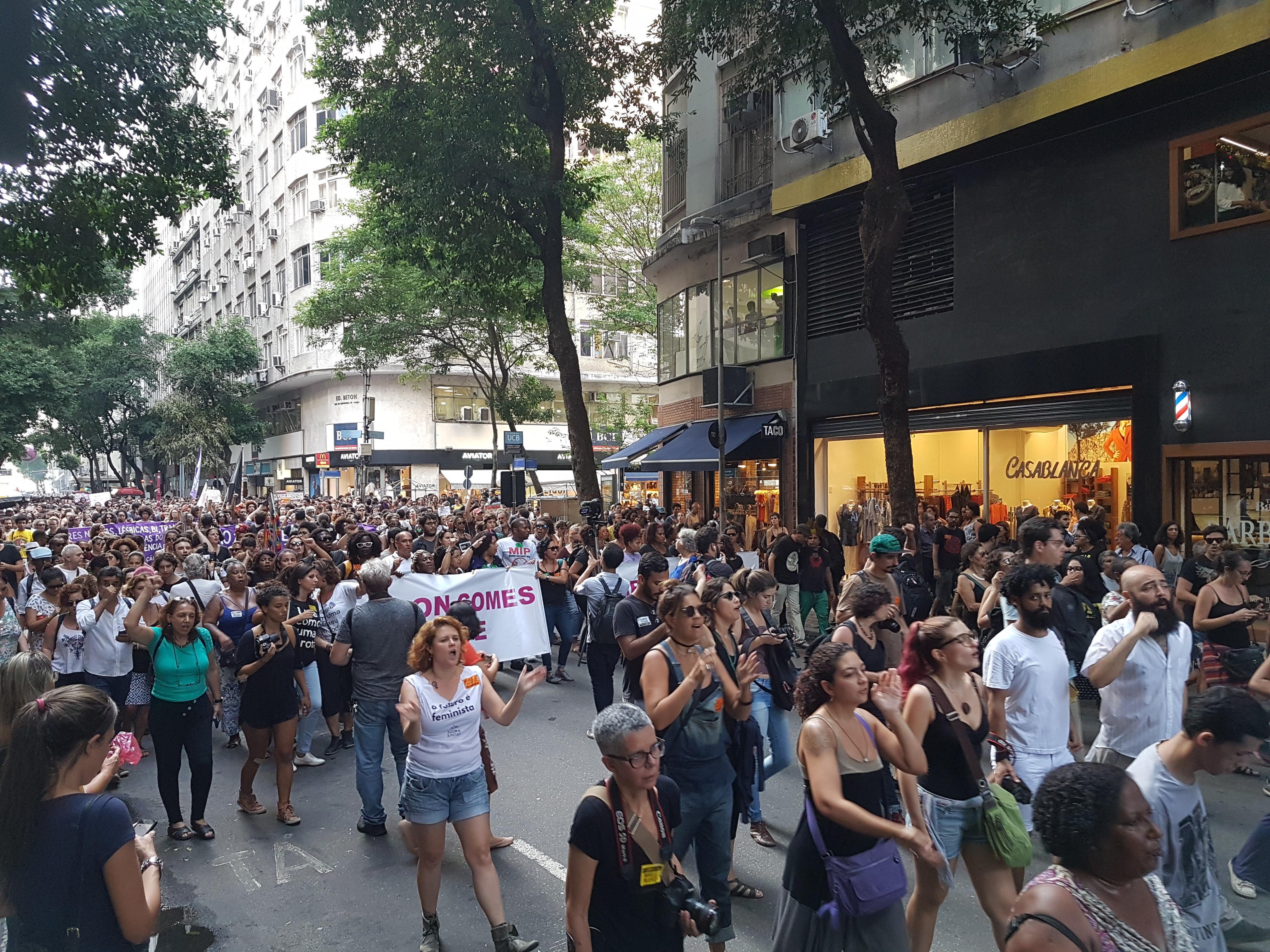 Vigília por Marielle Franco, vereadora do PSOL assassinada a tiros no Rio de Janeiro, reúne milhares de pessoas no centro da cidade.