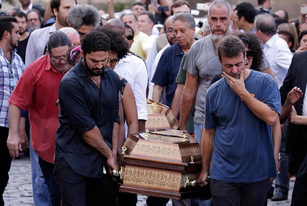 O deputado estadual Marcelo Freixo carrega caixão de Marielle Franco.