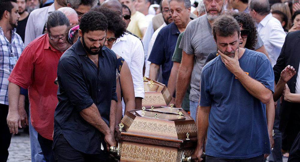 Marcelo Freixo carrega caixão de Marielle Franco.