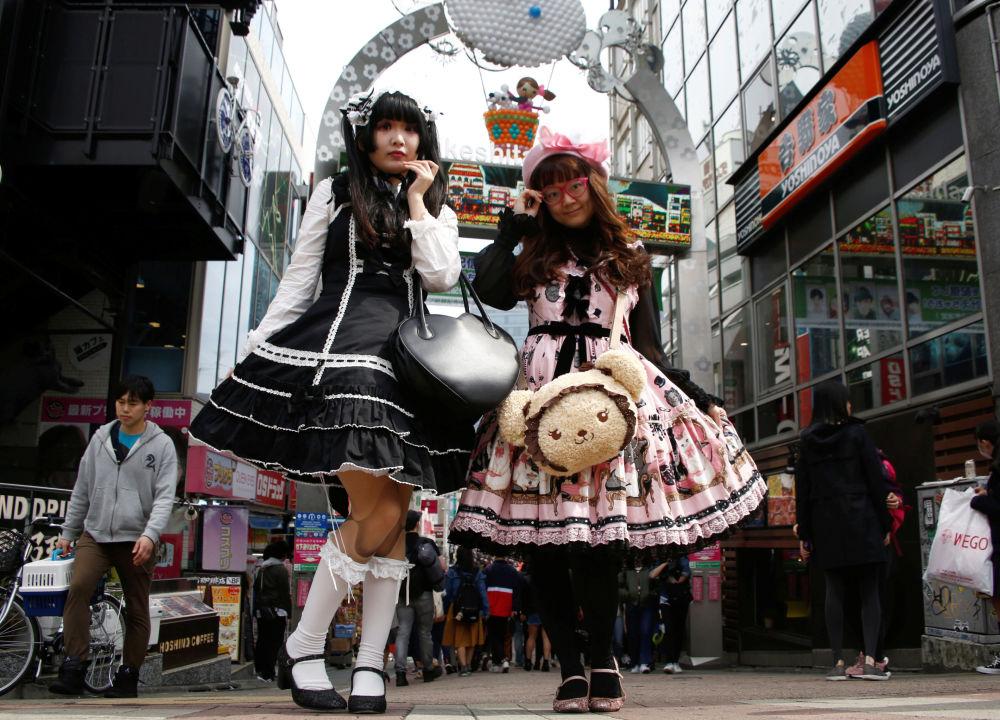 Meninas japonesas vestidas de Lolita, estilo baseado na moda da era vitoriana, posam no bairro comercial de Tóquio