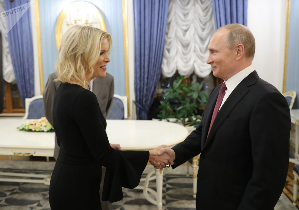 Jornalista estadunidense Megyn Kelly e presidente russo Vladimir Putin antes da entrevista