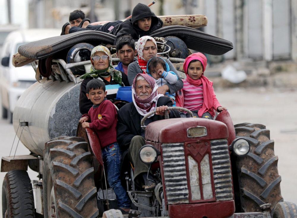Pessoas fogem depois de militantes turcos do Exército Livre da Síria terem tomado o controle sobre a aldeia de Khaldieh, perto de Afrin