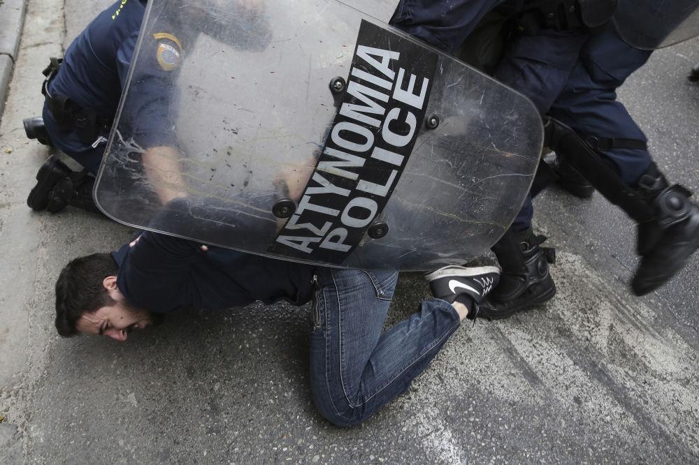 Polícia detém manifestante nos protestos de Atenas, Grécia