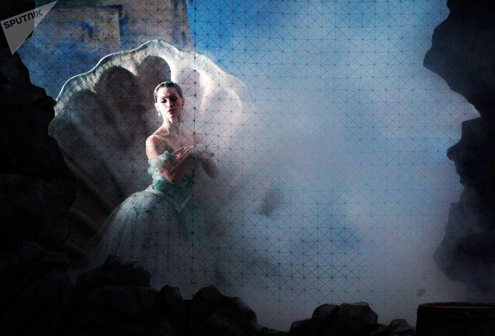 Bailarina russa Nadezhda Ivanova durante apresentação no teatro Bolshoi, Moscou