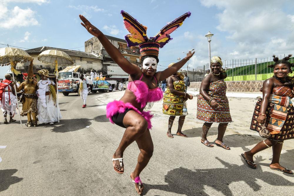 Grupo afro-americano Jouvay Fest dança na parada em Abidjan, Costa do Marfim