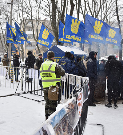 Polícia ucraniana e representantes dos movimentos nacionalistas bloqueiam prédio do consulado russo em Odessa, 18 de março de 2018