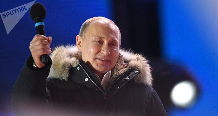 Vladimir Putin durante manifestação dedicada ao aniversário da reunificação da Crimeia à Rússia, em 18 de março de 2018, no final do dia da votação presidencial