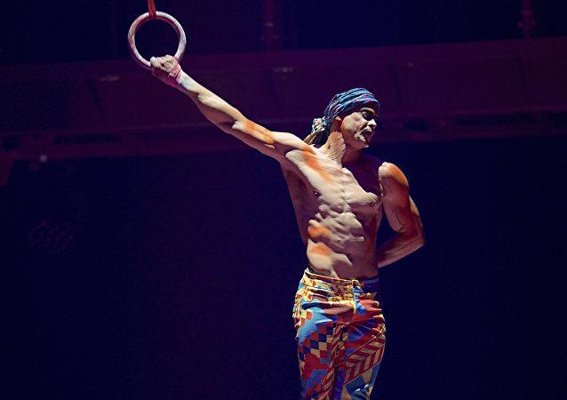 Foto fornecida por Michael Kass, mostra Yann Arnaud durante atuação do Cirque du Soleil em Toronto, em 24 de setembro de 2017