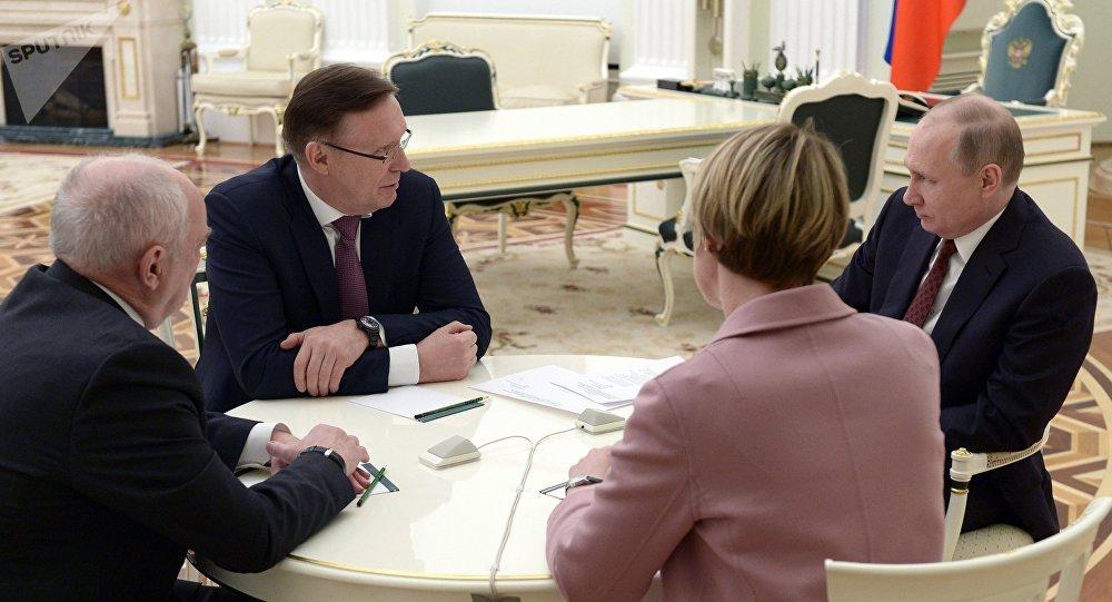 Presidente russo Vladimir Putin durante encontro com representantes de sua sede eleitoral