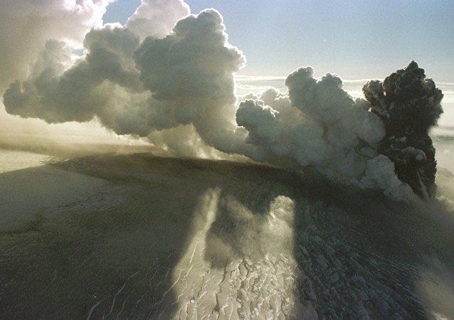 Vulcão entra em erupção na Islândia (foto de arquivo)