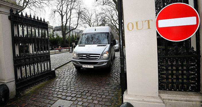 Micro-ônibus com diplomatas russos e seus familiares sai da embaixada da Rússia em Londres, 20 de março de 2018