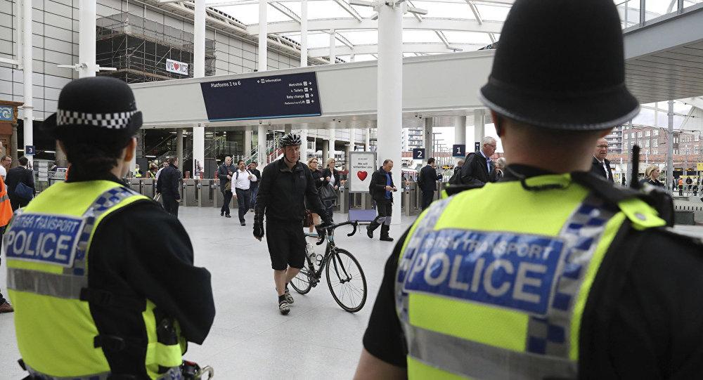 Policiais patrulhando na estação de Victoria em Manchester, Reino Unido (foto de arquivo)