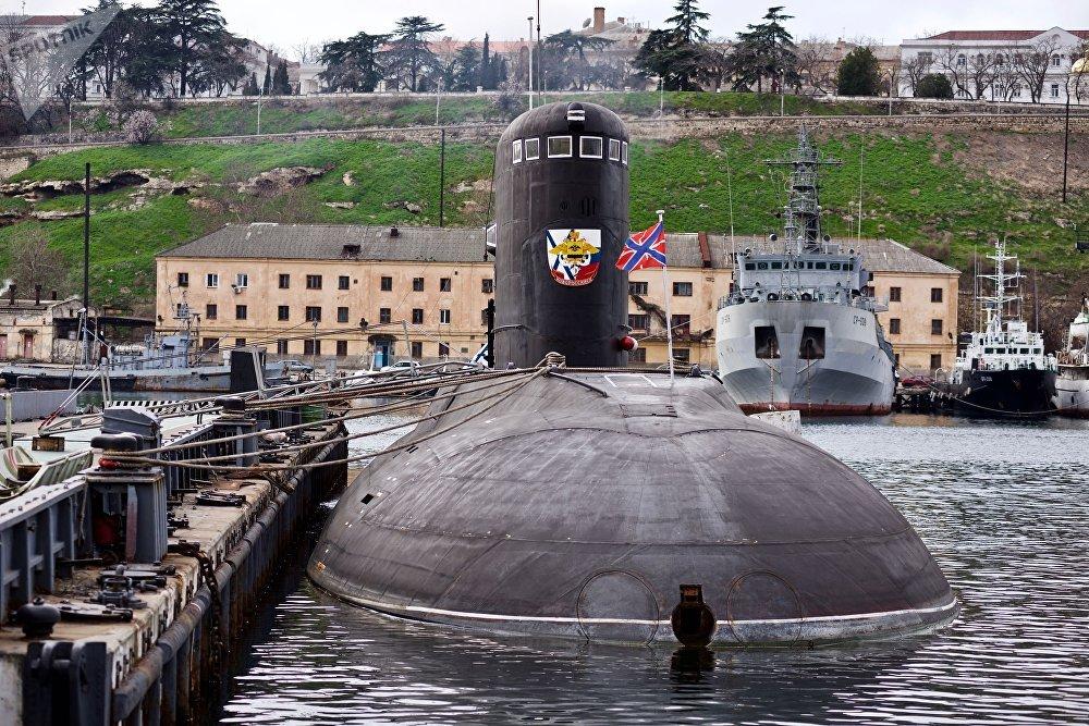 Submarino Novorossiysk do projeto 636.3 atracado ao cais