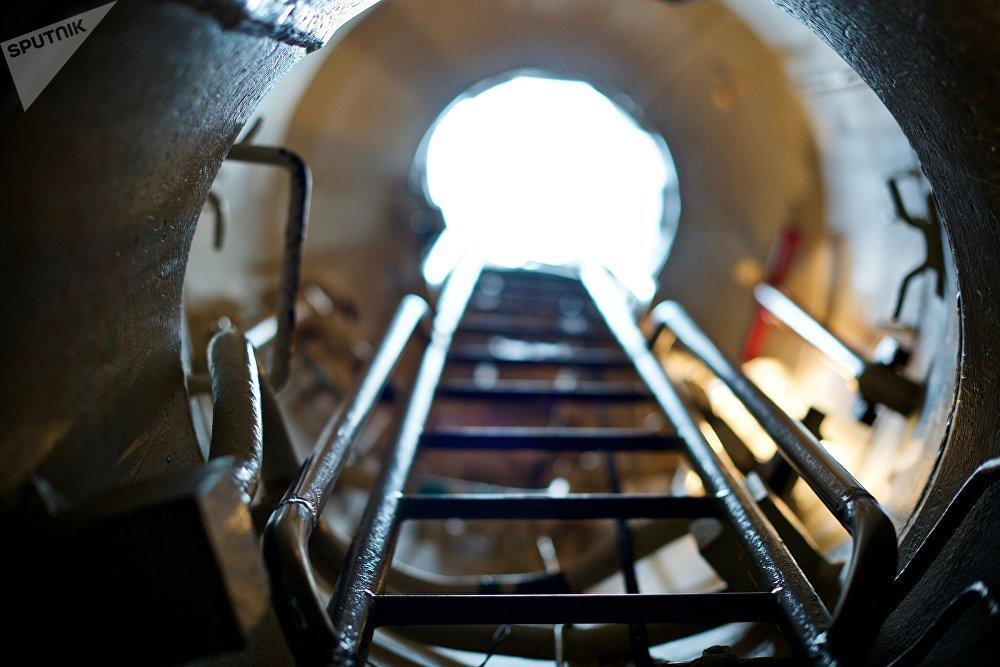 Poço com escada no submarino Novorossiysk
