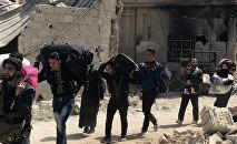 Civis deixando a região de Ghouta Oriental através de um corredor humanitário
