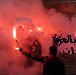 Manifestantes tunisianos com tochas de fogo e gritando slogans durante as celebrações no centro da Tunísia, 14 de janeiro de 2018