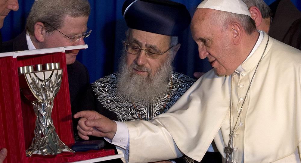 Rabino Yitzhak Yosef (ao centro)