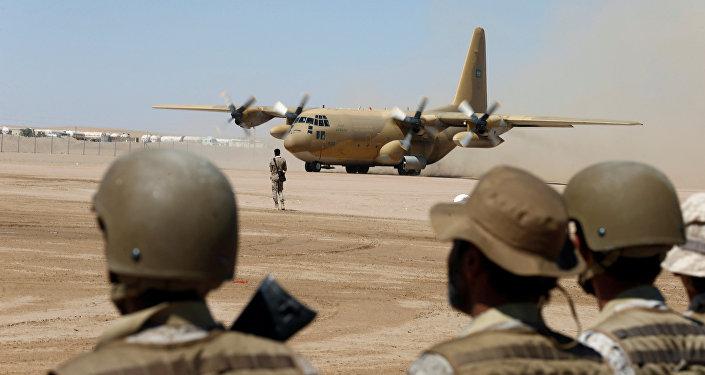 Soldados sauditas olhando para um avião militar no Iêmen