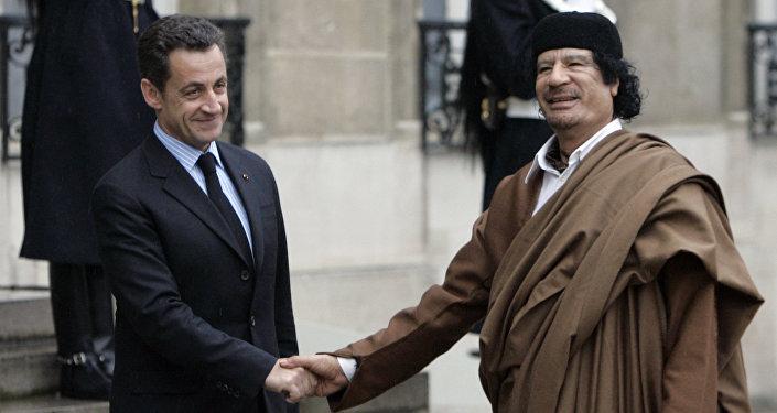 Ex-presidente francês Nicolas Sarkozy com antigo líder da Líbia, Muammar Kadhafi, durante a visita deste a Paris (foto de arquivo)