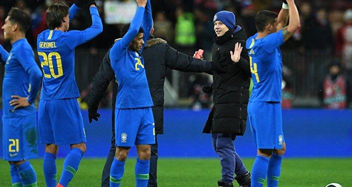 Jogadores brasileiros comemoram vitória sobre a equipe de futebol da Rússia após amistoso em Moscou