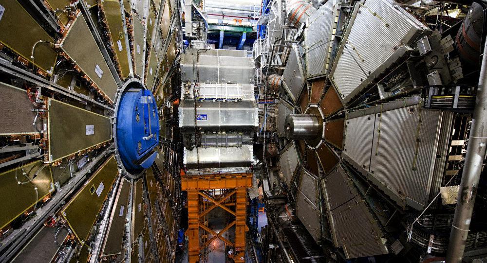 Interior do túnel do Atlas, o maior detector de partículas do mundo localizado na fronteira entre Suíça e França