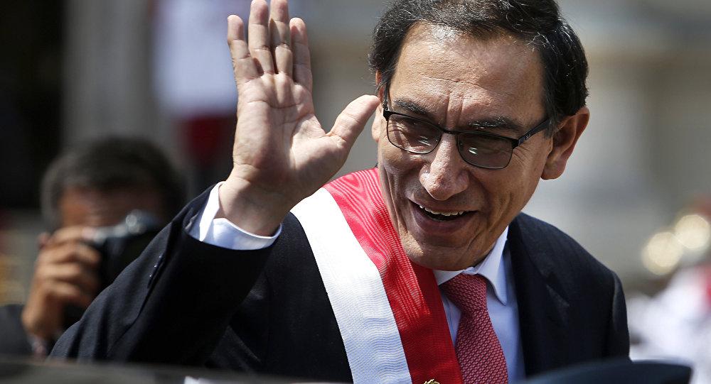 O presidente do Peru, Martin Vizcarra, acena antes de seguir para a residência presidencial. Ele assumiu a presidência após a renúncia de seu antecessor, Pedro Pablo Kuczynski.