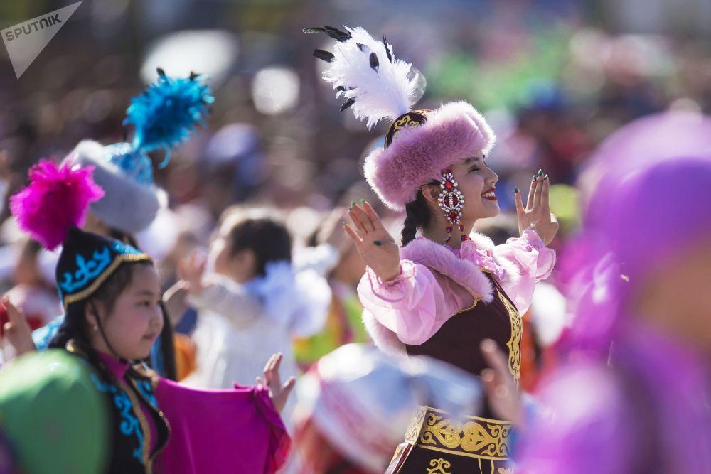 Jovens dançarinas durante um concerto dedicado ao Noruz, festa tradicional da Ásia Central, em Bishkek.