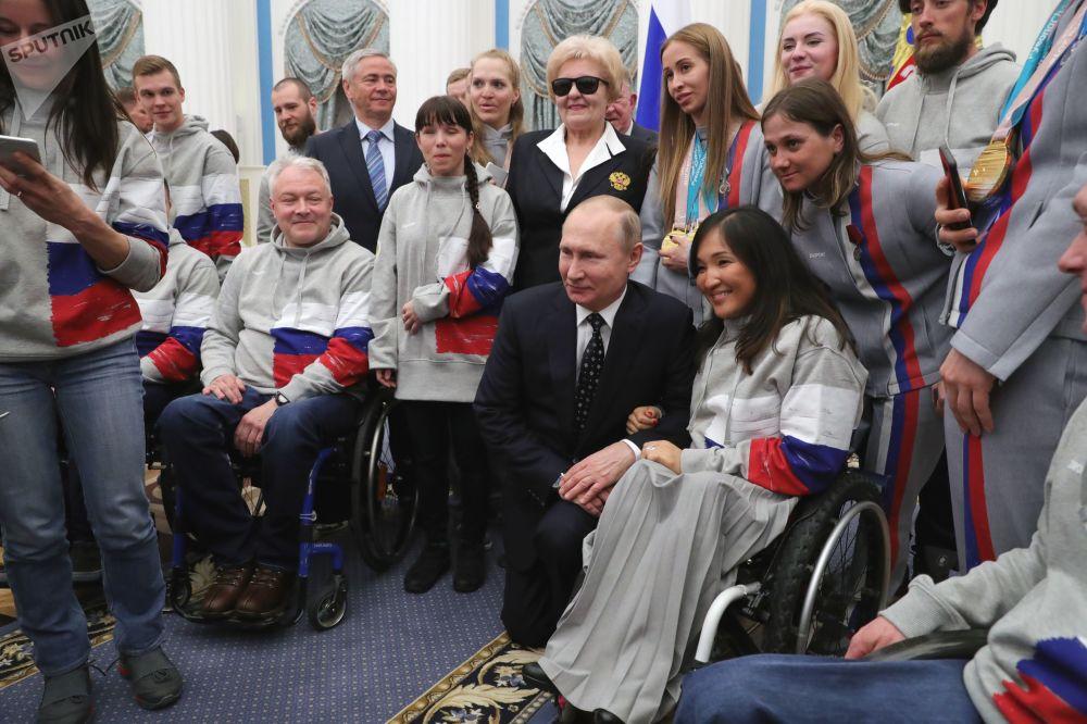 O presidente russo Vladimir Putin durante um encontro com os vencedores dos Jogos Paralímpicos de Inverno de 2018.