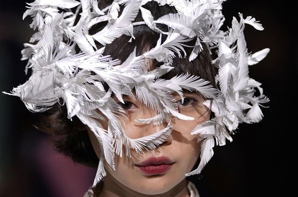 Modelo mostra uma criação do estilista Ohalu Ando durante a Semana da Moda em Tóquio.