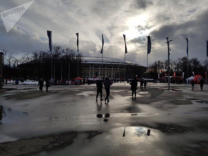 Estádio Luzhniki com pôr do sol ao fundo.