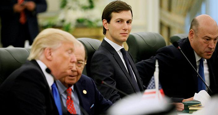 O assessor sênior da Casa Branca, Jared Kushner, se senta ao lado do presidente dos Estados Unidos, Donald Trump, e do secretário de Comércio, Wilbur Ross, quando se preparam para se reunir com o rei saudita Abdullah bin Abdul Aziz Al-Saud e a delegação saudita.