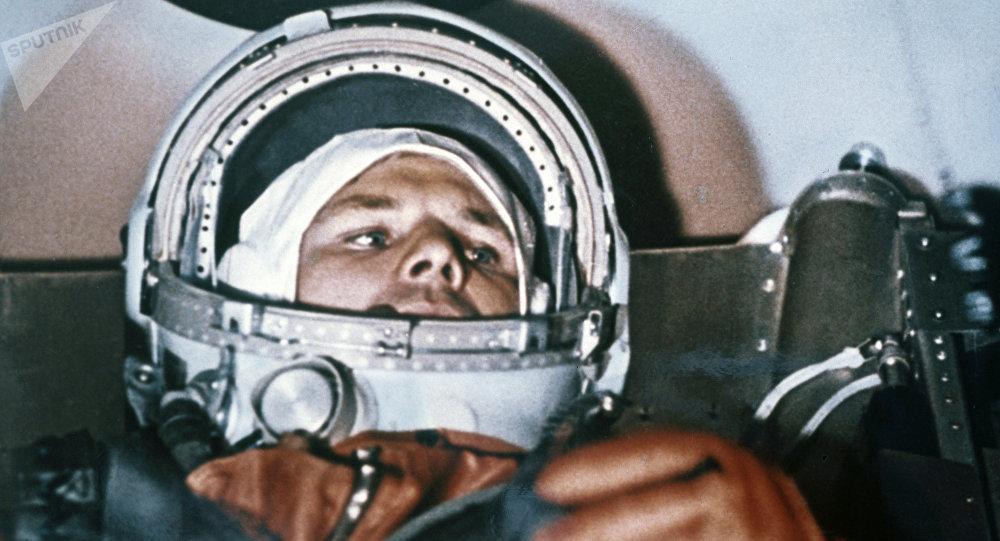 Yuri Gagarin na cabine da nave espacial antes do voo ao espaço