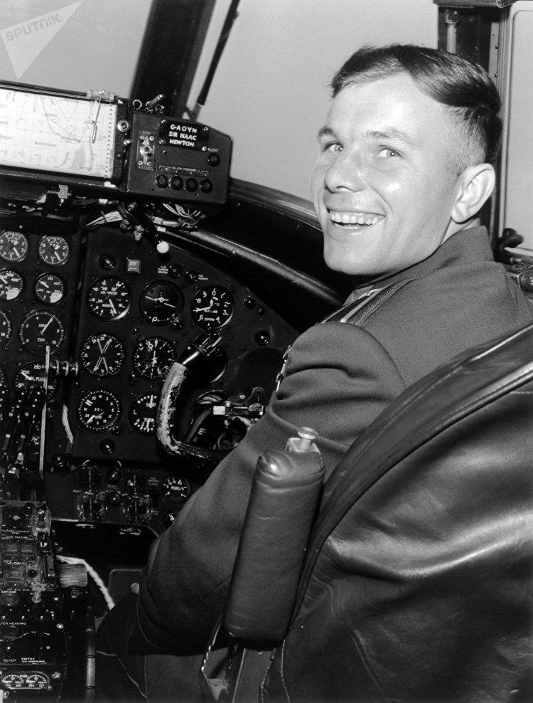Yuri Gagarin na cabine de um avião britânico Vickers Viscount, em Londres, julho de 1961