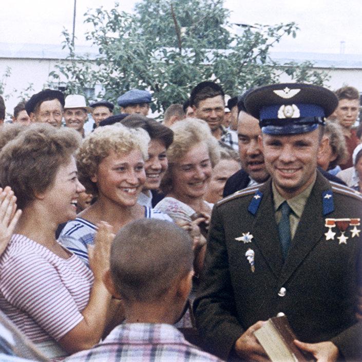 Herói da União Soviética Yuri Gagarin se encontrando com habitantes da sua cidade natal de Gzhatsk, que desde 1968 passou a ser chamada de Gagarin em sua homenagem