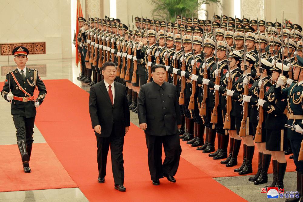 Líder norte-coreano, Kim Jong-un, encontra-se com seu homólogo chinês, Xi Jinping, com presença da guarda de honra, no âmbito de uma visita não oficial a Pequim, em 25 de março de 2018