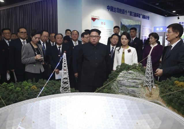 Líder da Coreia do Norte, Kim Jong-un, junto com sua esposa, Ri Sol Ju, visita exposição na Academia de Ciências da China, em Pequim, no decorrer de visita não oficial entre 25 e 28 de março de 2018