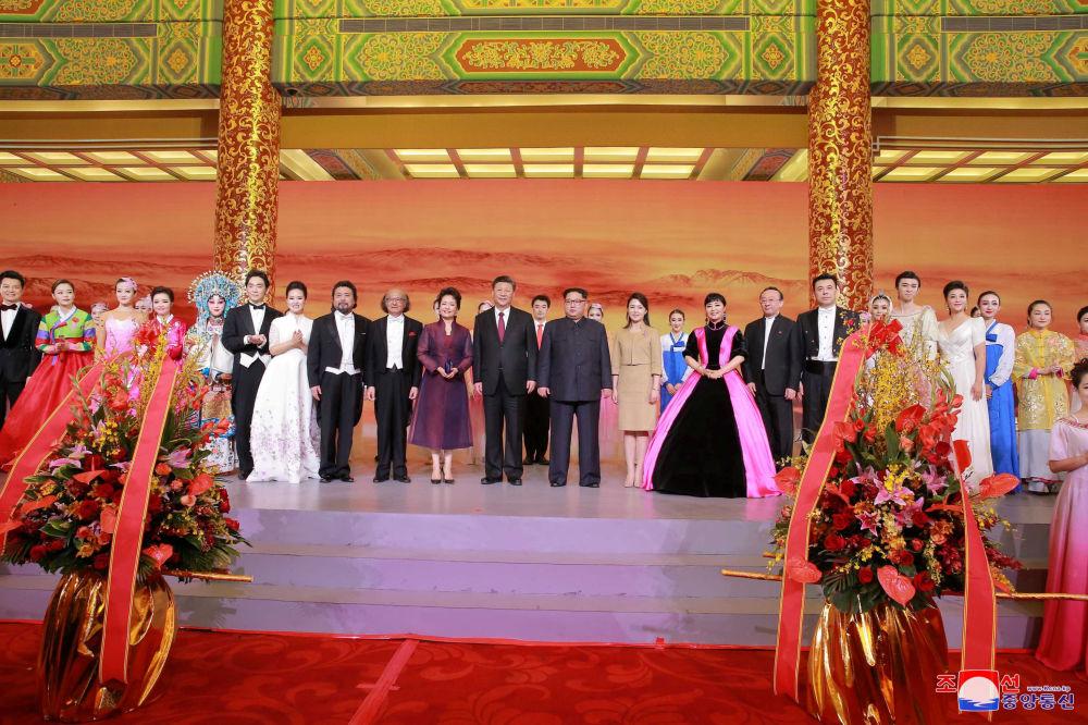 Líder da Coreia do Norte, Kim Jong-un, junto com sua esposa, Ri Sol Ju, e o presidente chinês, Xi Jiping, junto com sua esposa Peng Liyuan, durante um jantar solene no âmbito da histórica reunião bilateral, em Pequim, entre 25 e 28 de março de 2018
