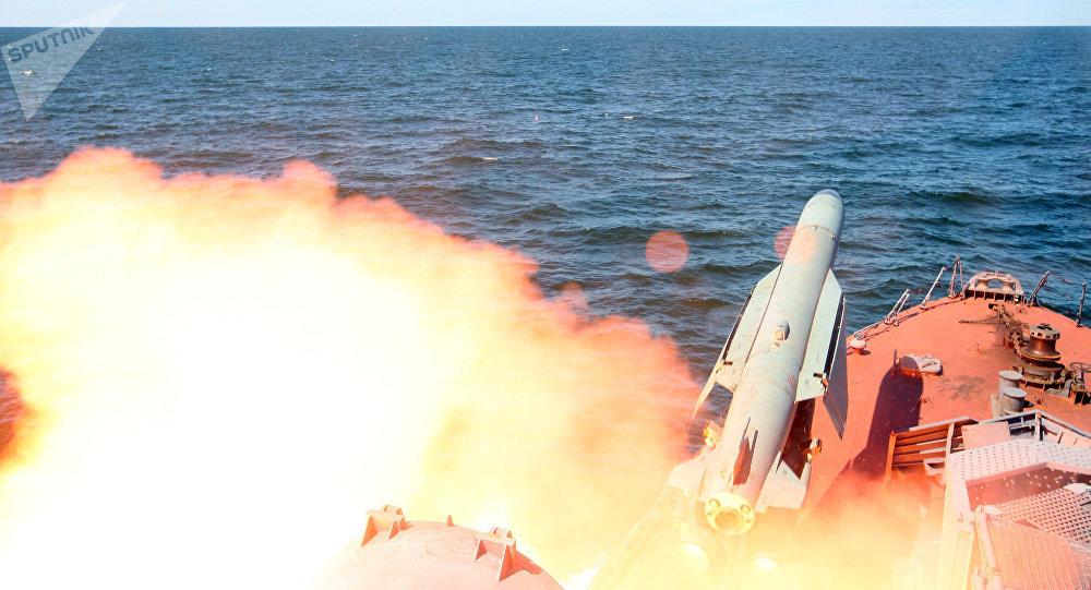 Lançamento de um míssil de cruzeiro