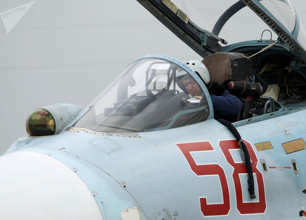 Cabina do piloto de Su-27 no concurso Aviadarts 2018