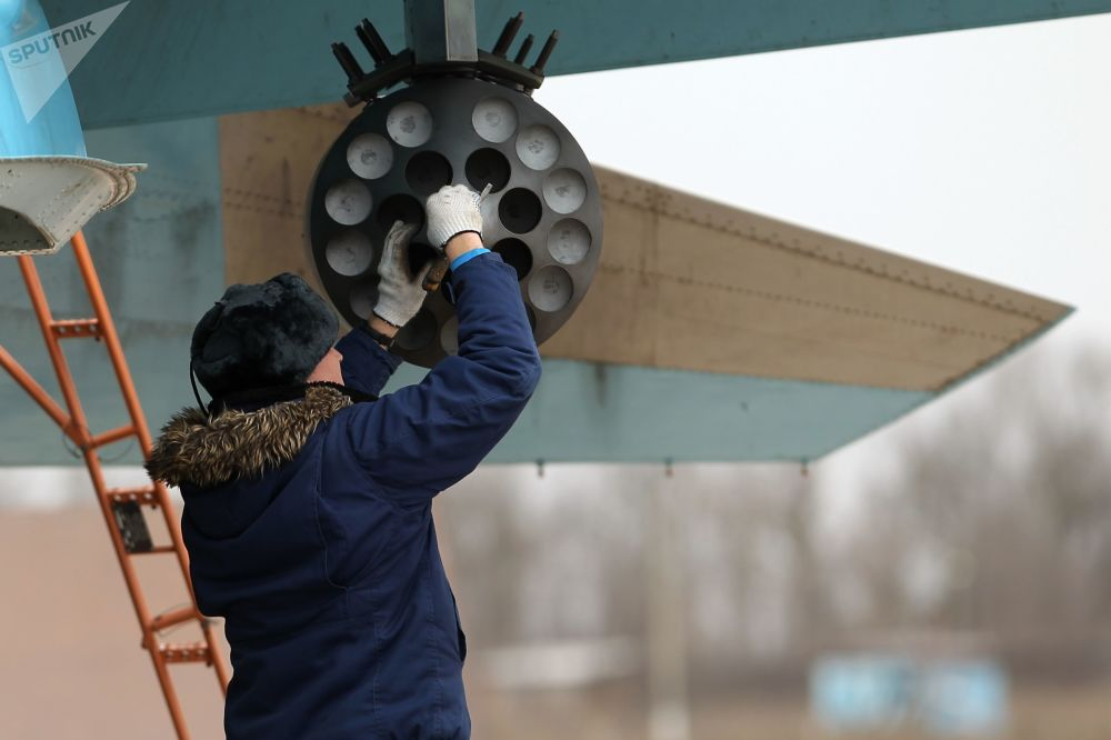 Preparação do caça-bombardeiro Su-34 antes do voo