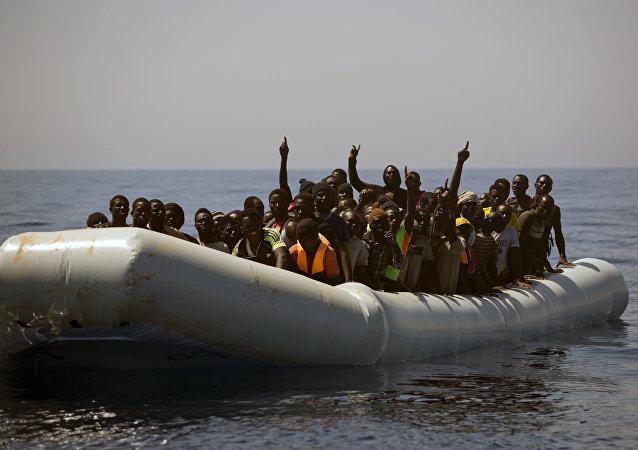 Migrantes e refugiados resgatados pela ONG Proactiva Open Arms da Espanha, depois à deriva em um bote de borracha no Mar Mediterrâneo, a cerca de 29 quilômetros ao norte de Sabratha, Líbia.