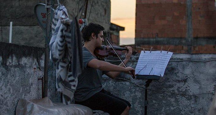 Músico ensaia no Complexo da Maré