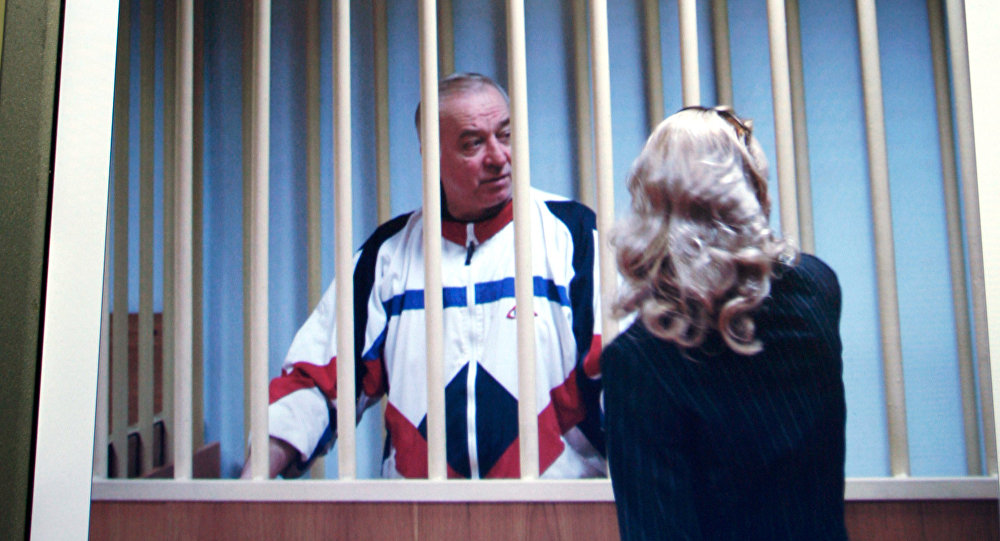 Imagem do ex-espião russo Sergei Skripal em 9 de agosto de 2006, quando falava com o seu advogado atrás das grades fora de um tribunal de Moscou