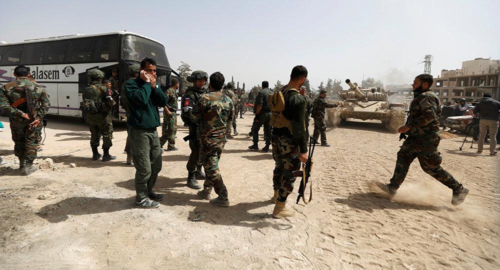 Soldados do exército sírio na entrada para Harasta